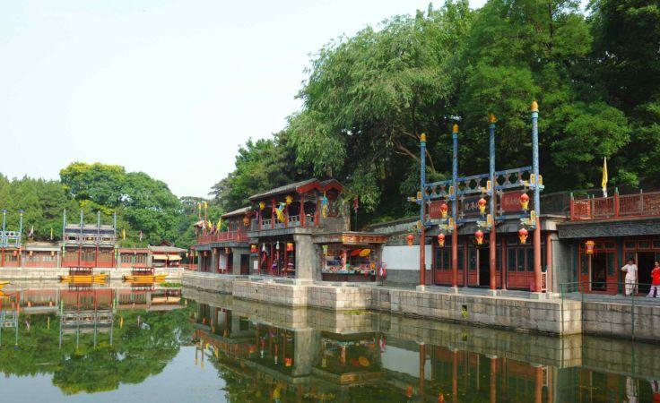 北京颐和园苏州街,又称买卖街,位于北京的西北郊