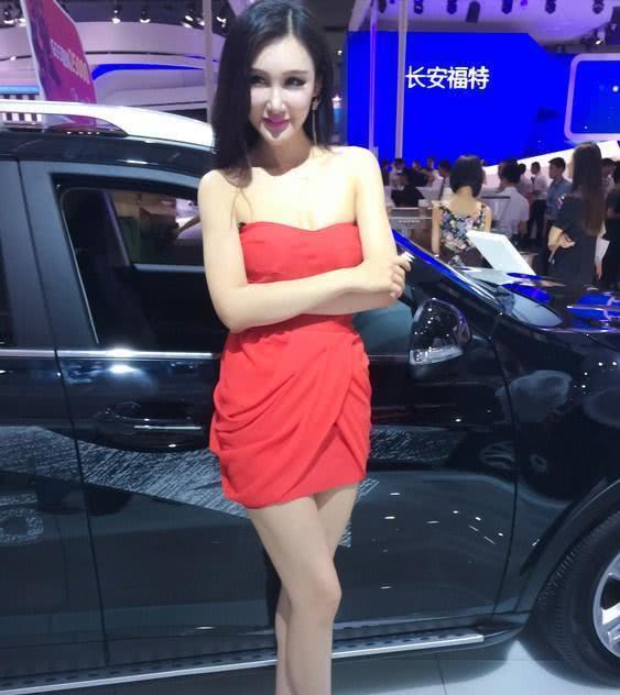 现代车展上火了,车模红色连衣裙现身,身材很吸睛