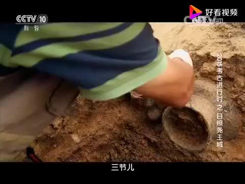 史前古墓挖出蛋壳黑陶墓主手腕戴一块方形玉璧专家欣喜若狂