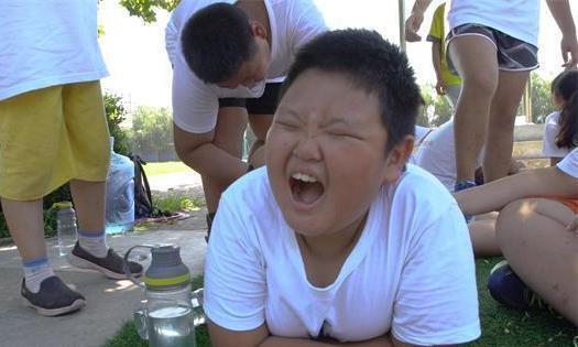 9岁男孩脖子上有层灰,怎么洗也洗不掉,体检时家长笑喷了!