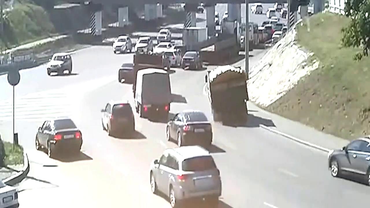 货车摇摇晃晃,路人躲避不及,监控拍下可怕的一幕