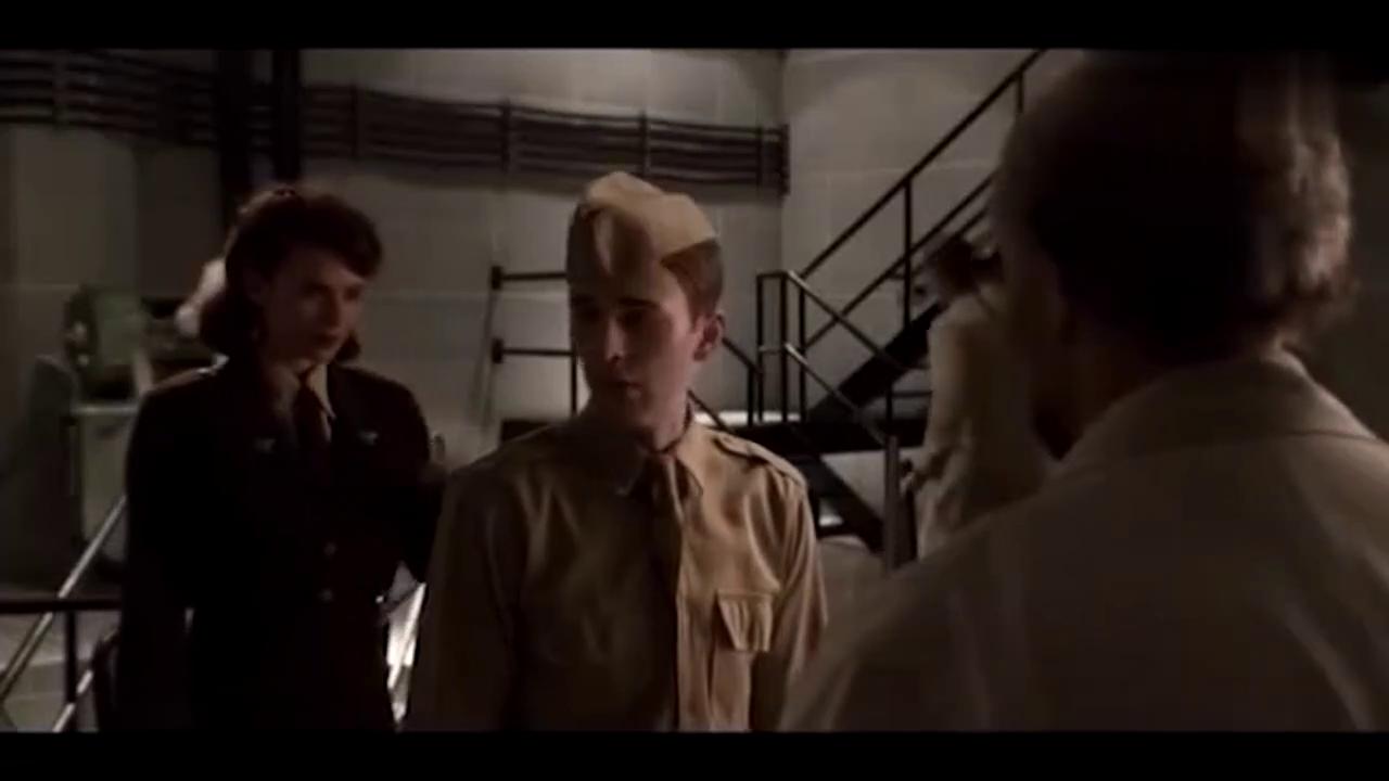 """斯蒂夫·罗杰斯注射血清,变身为""""美国队长"""""""