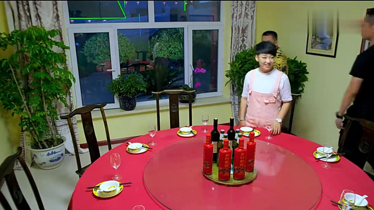宋晓峰成了老总之后变了,为了报答杜悦之恩,宋晓峰请杜悦吃饭。