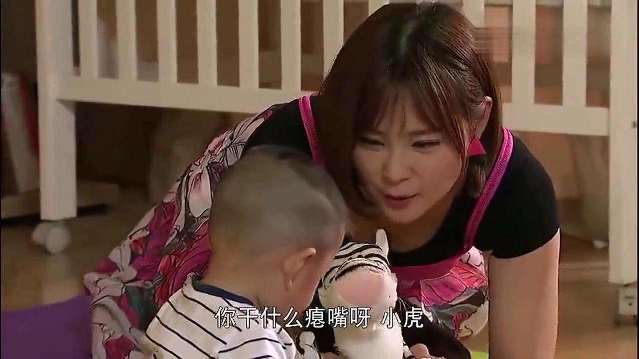 姐姐挺大肚子陪半岁弟弟玩,见着年轻后妈直扑:妈,我要喝奶!