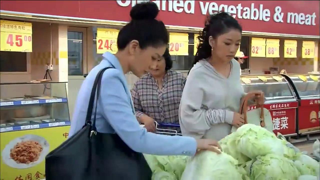 姐妹陪母亲逛超市,竟为一颗白菜争吵,非要争出胜负!