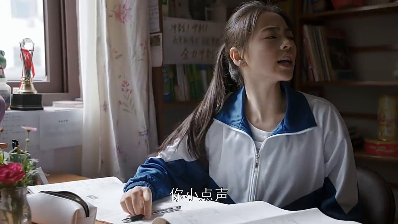 女孩儿临近高考时,却被二哥打扰复习,还好有大哥在