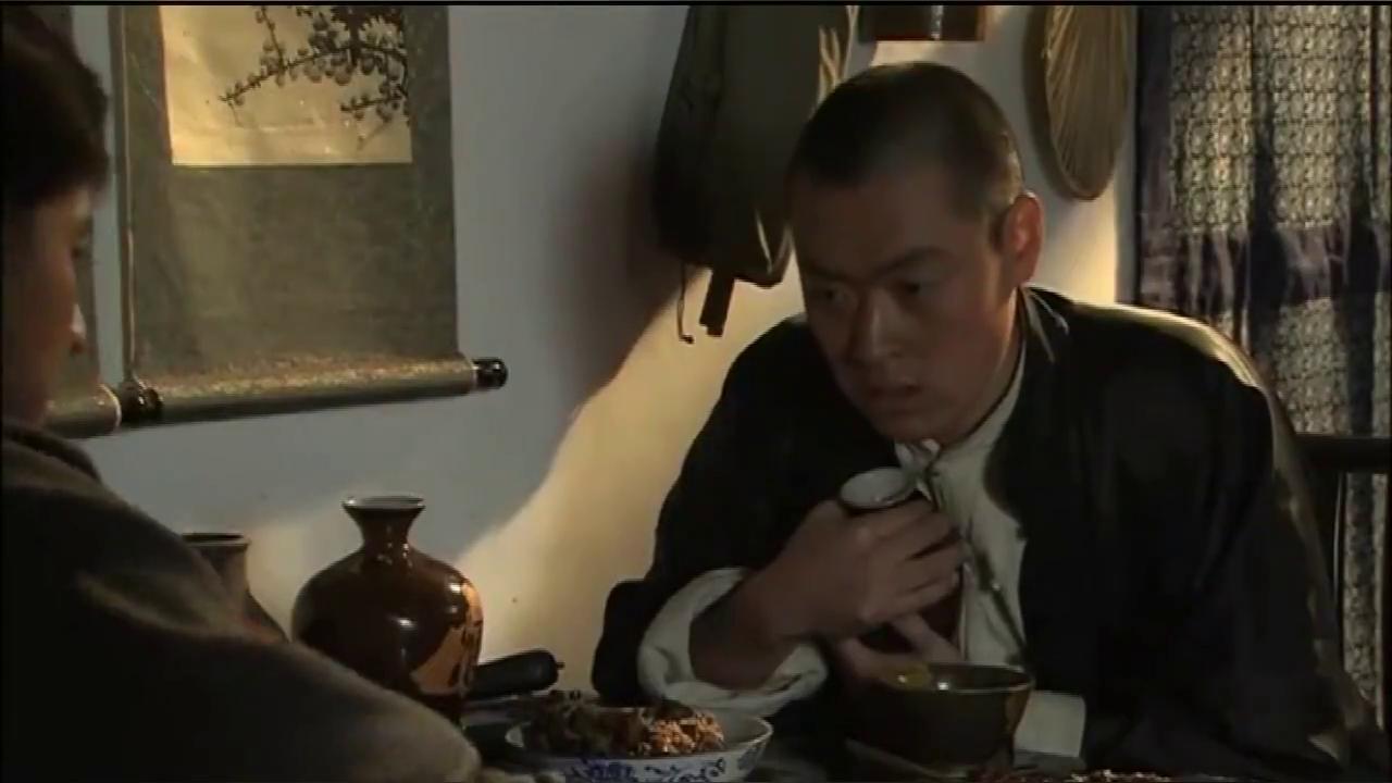 柳云轩深夜钻进四姨太房间,管家看得一清二楚,找人捉奸在床