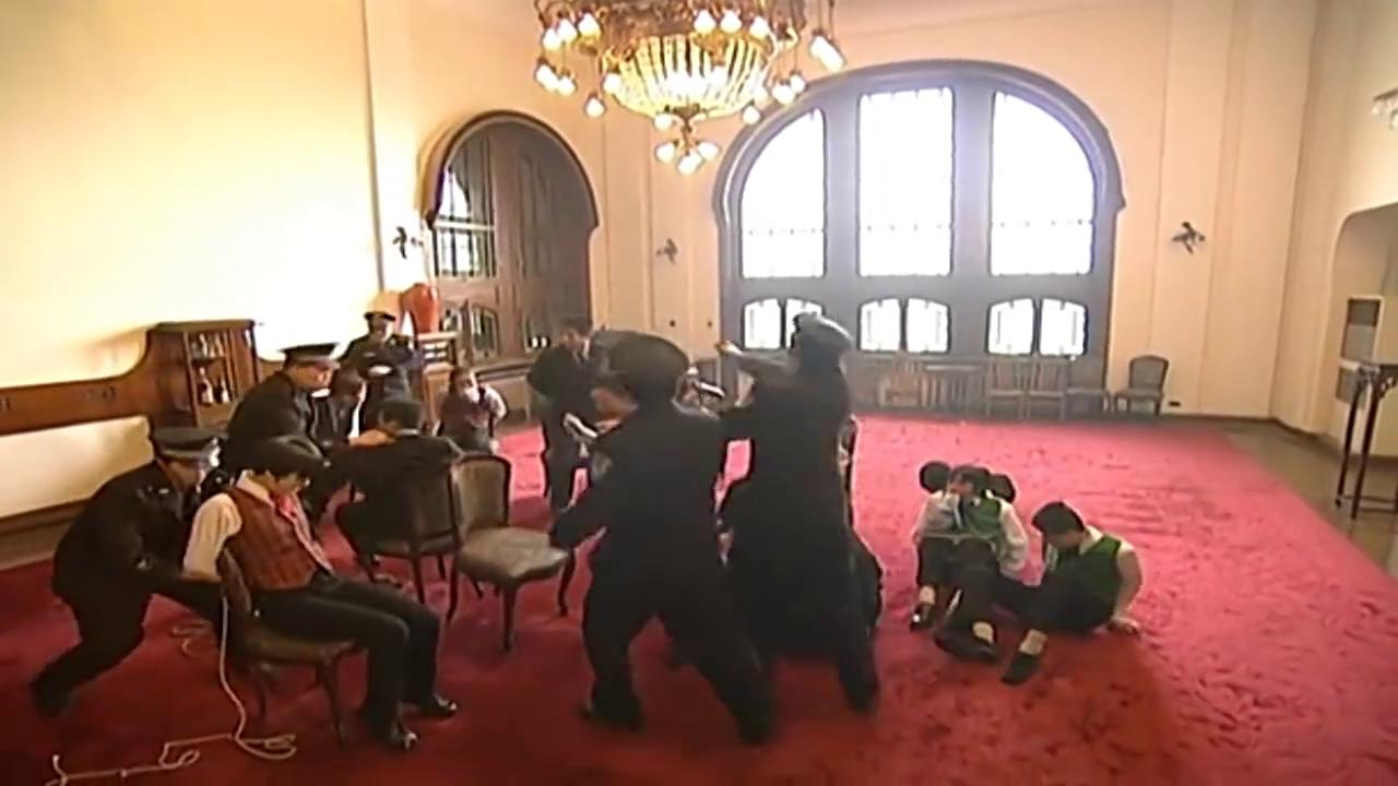 黑社会假冒警察,趁机带走贼窝的同党,刑警队赶到才知道被耍了