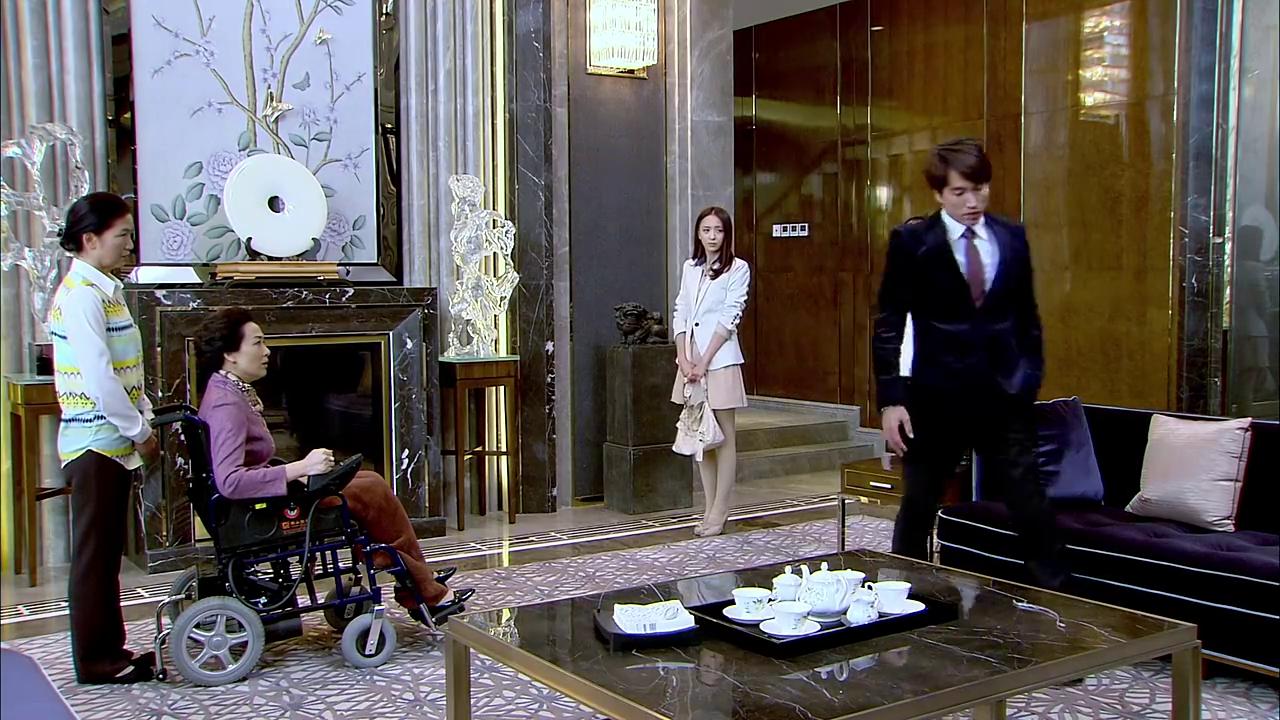 厉母见厉仲谋居然带吴桐来家吃饭很生气,厉仲谋居然允许了探视权