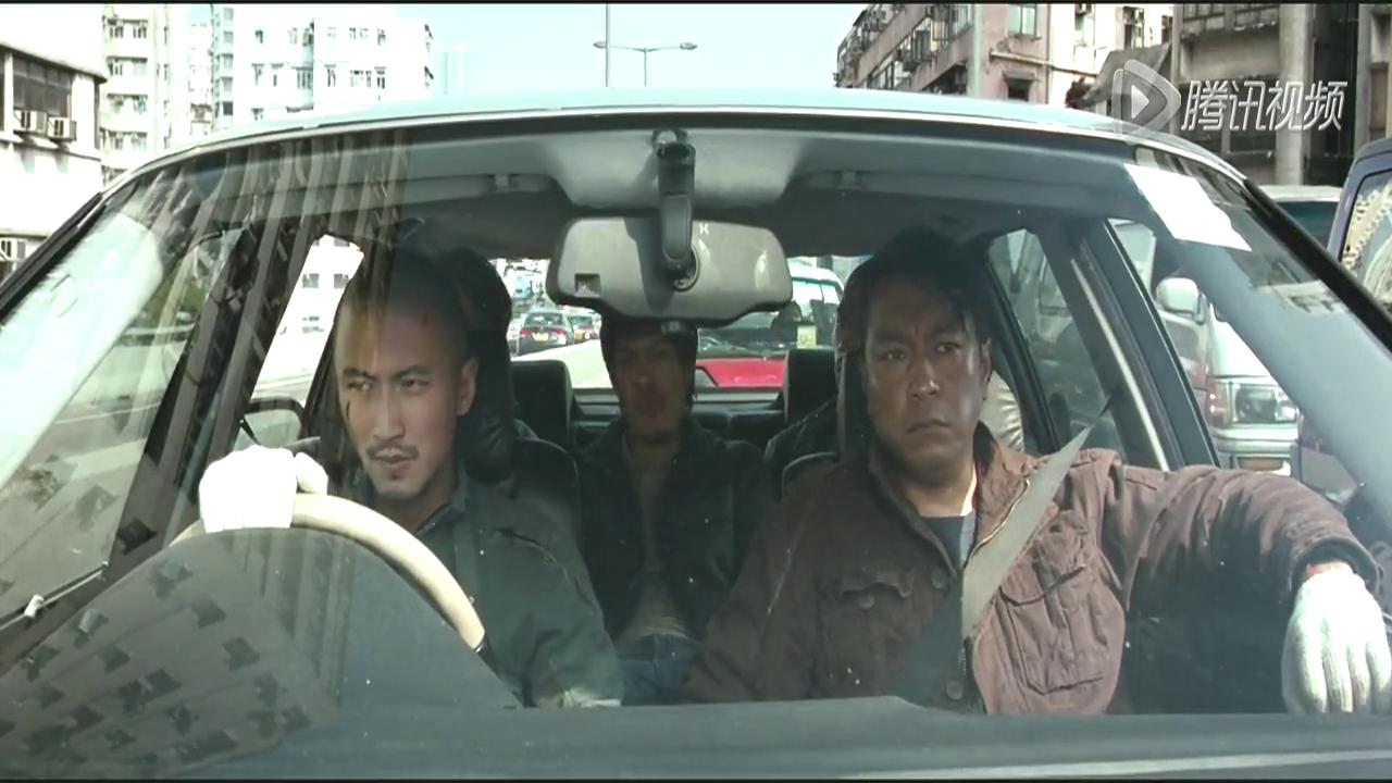 劫匪马路上抢路人汽车逃跑,美女吃醋和男友争吵