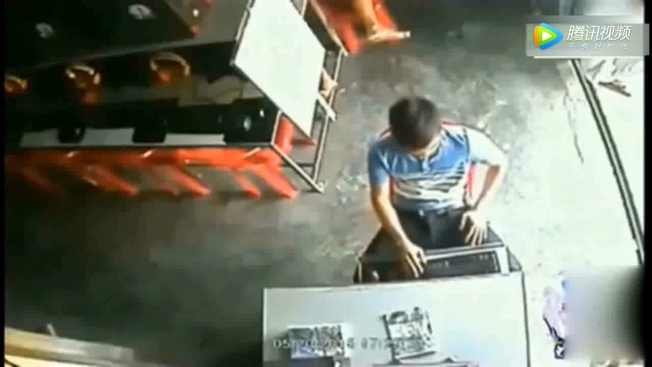 男子正在玩网游,突然发现不对劲,视频拍下这样一幕!