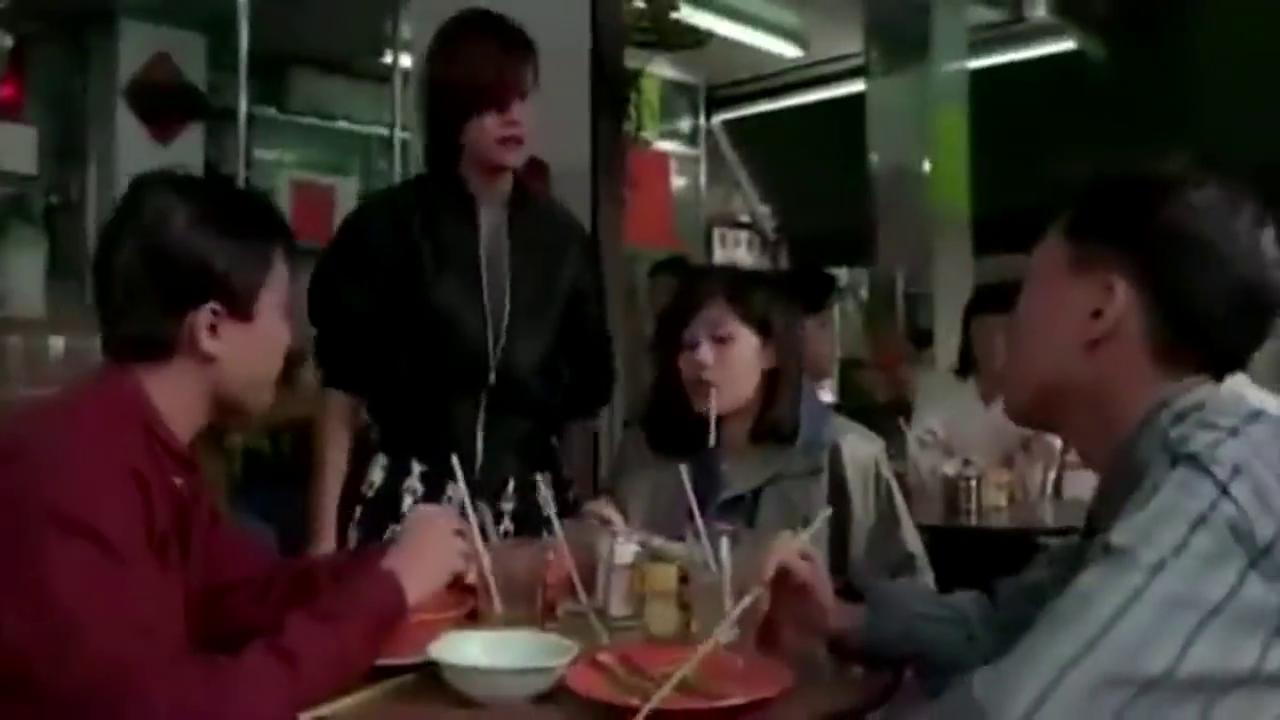 小混混来吃饭,故意说菜里面有蟑螂,黑社会大姐大看不下去啦