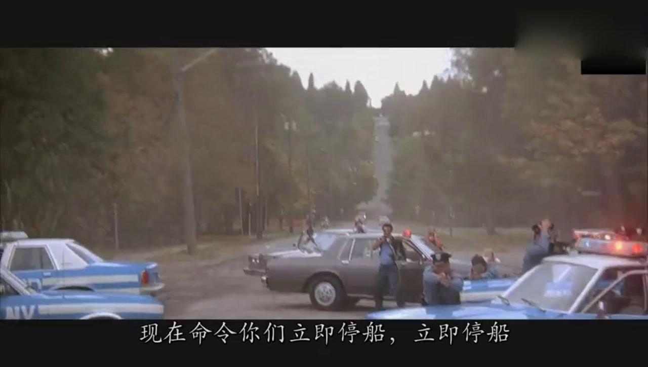 这人竟然开着气垫船上岸,看到警察还直接碾压过去