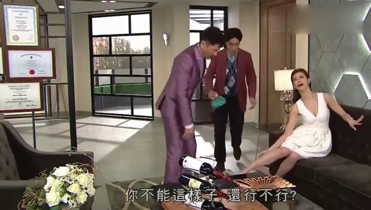 美女的脚不小心崴伤了,上司帮她冰敷加推拿,真幸福