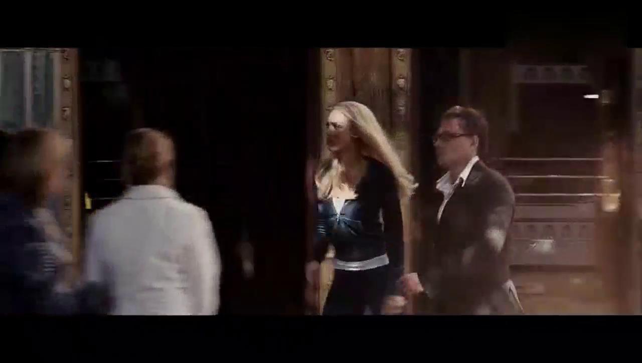 美女街头找男友 不料被火球噬身引众人围观
