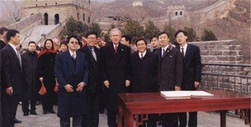 老照片:2002年冬天,美国总统小布什游览八达岭长城