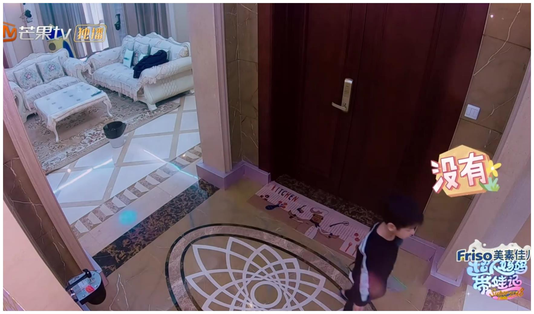 高级按摩椅又在黄圣依家出现了,还有安迪的衣服多的标牌还带着!