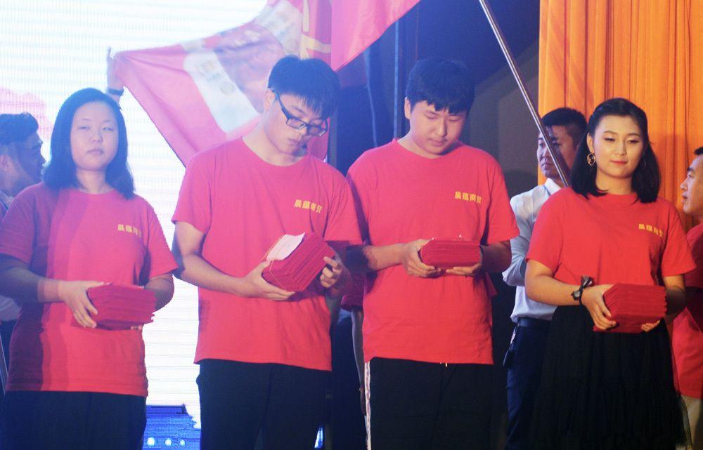 2018年8月26日,安徽省六安市文科状元余晓非(右二)等准大学生获得暑期