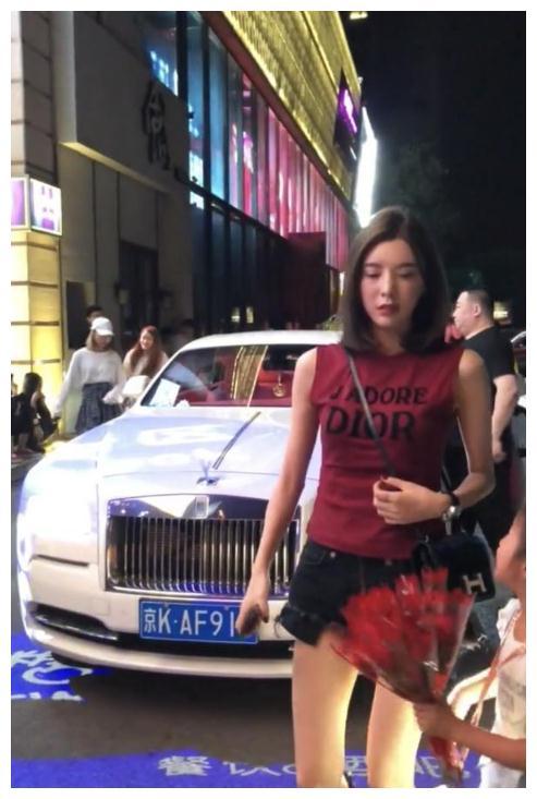 北京偶遇500万的劳斯莱斯曜影,女车主一下车,真是太有气质了