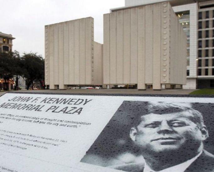 广场中央伫立着肯尼迪纪念碑,刺客藏身的则是现在的肯您地纪念馆
