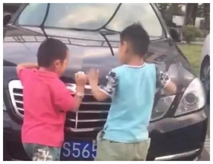 熊孩子掰断劳斯莱斯立标,车主索赔24万,家长:想要钱想疯了吗?