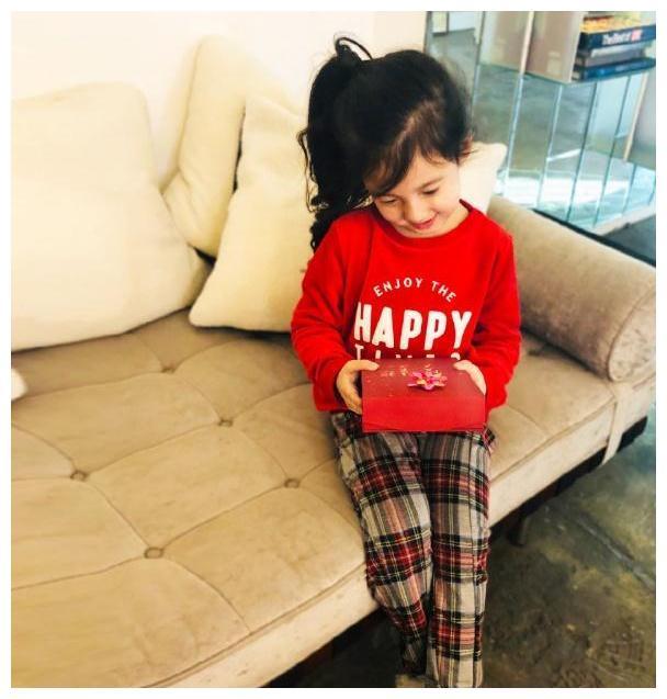 刘畊宏女儿小泡芙长高了,亭亭玉立软萌可爱,笑眼弯弯像个小公主