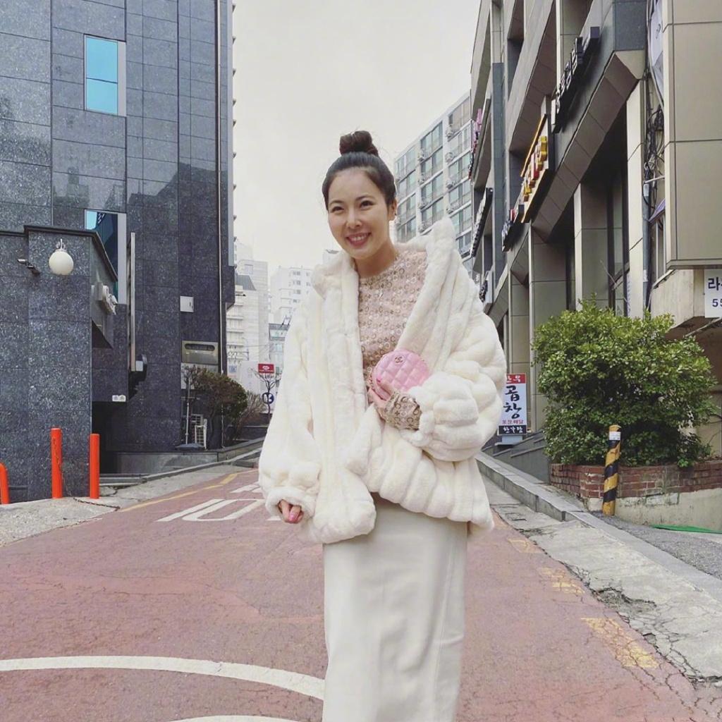 泫雅更新私服穿搭了 身穿短款白色貂毛外套内搭淡粉色印花上衣