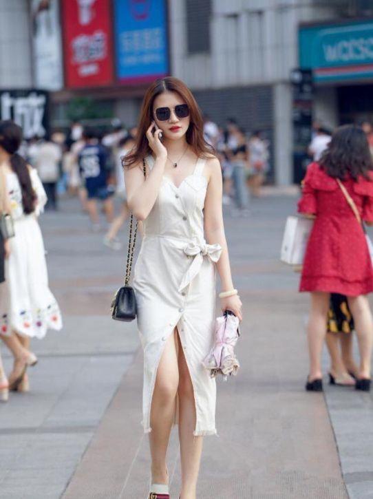 街拍:一袭吊带连衣裙,小姐姐故意解开一些扣子,尽显白皙双腿