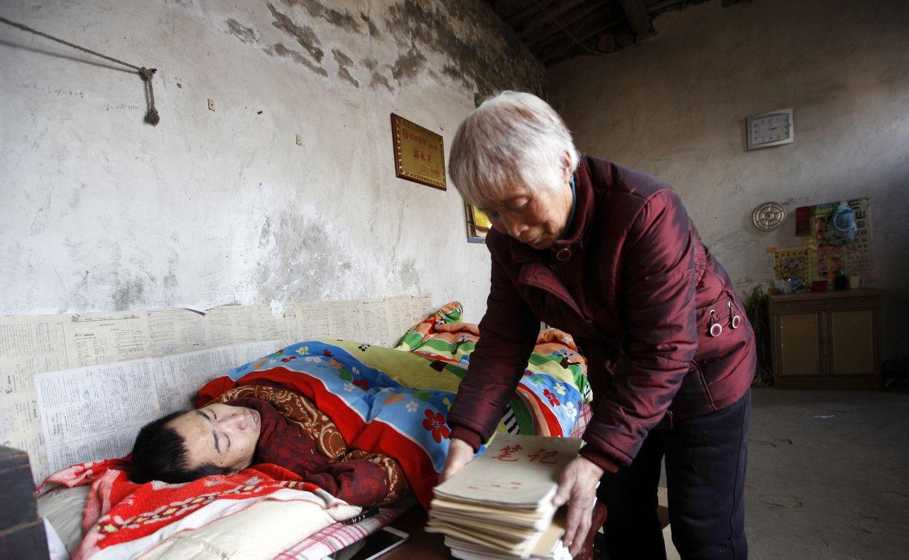 高位截瘫农民历经4年,侧身躺床上创作18万字小说,写了60个本子