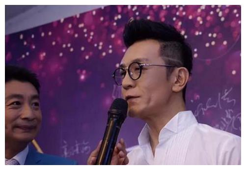 李咏剪掉了几十年长发,新造型太帅气,网友直呼:不当演员可惜了