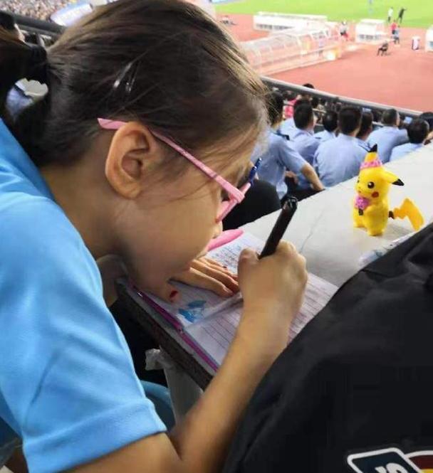 大连小球迷现场看球写笔记!球迷:这就是足球城的文化和传承