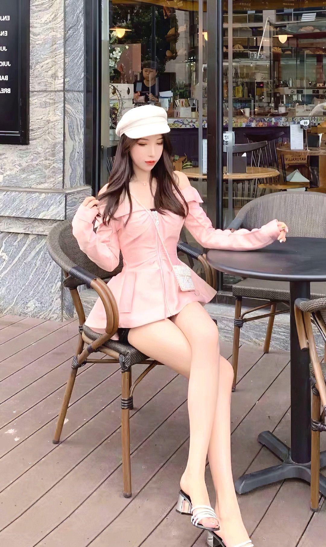 街拍:美女粉色一字肩皮衣搭配短裤,做初春的粉嫩少女