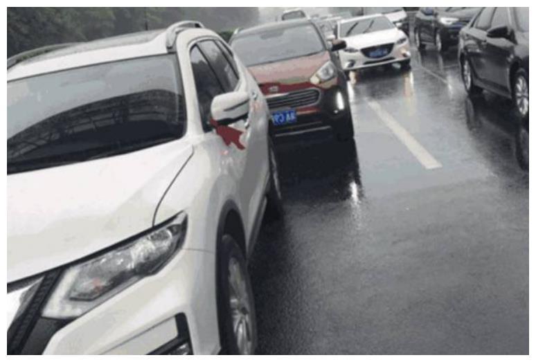 湖南一辆20万日系车遭起亚追尾,车主下车一看,顿时挂不住脸!