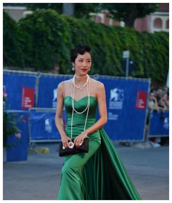 华人女明星哺乳期走红毯,摔倒后掉出吸奶器而受到网友大骂