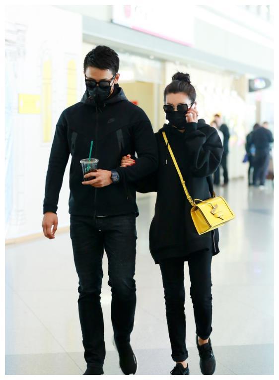 李冰冰与小16岁小鲜肉男友现身机场,隔着口罩玩亲亲秀恩爱