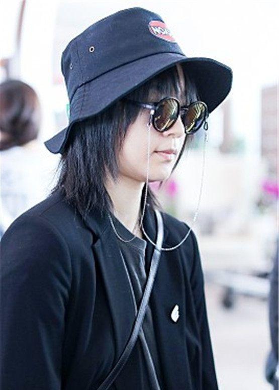 周笔畅,黑西装胸部平平酷似男生,现身北京机场