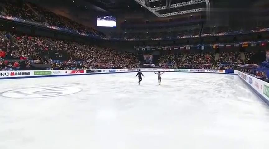 花样滑冰:隋文静拉着韩聪进入比赛,韩聪闭着眼睛是紧张了吗?