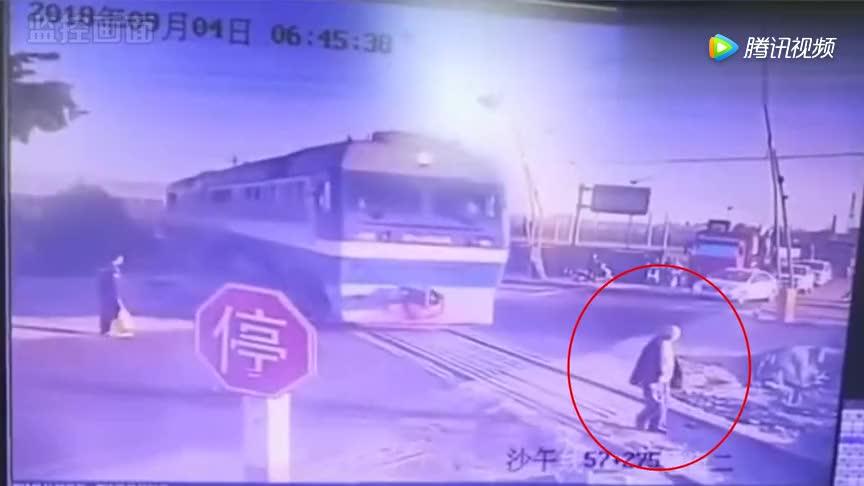 监拍:老人横穿铁路被疾驰火车撞倒,终伤重不治身亡