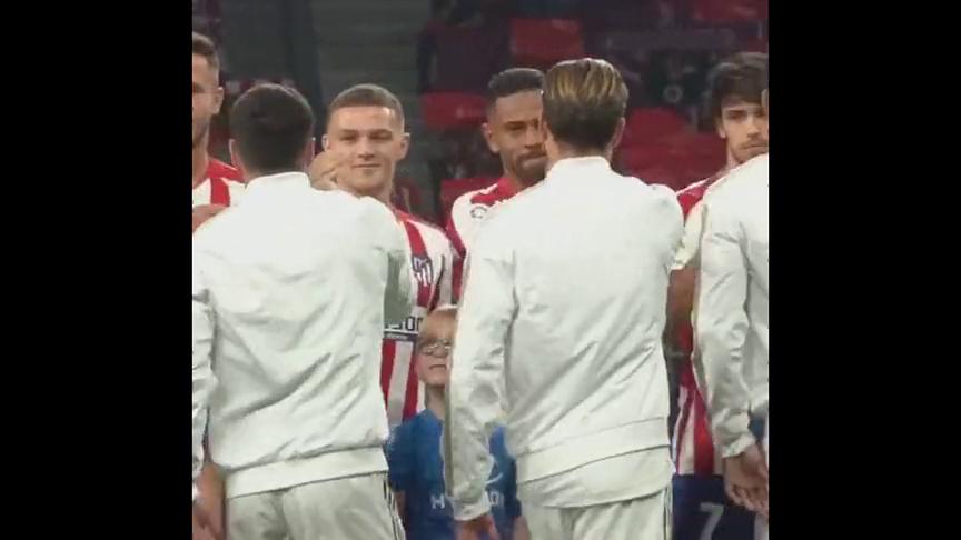足球:白衣猎猎,飒爽英姿,迎面向我们走来的是皇马方阵