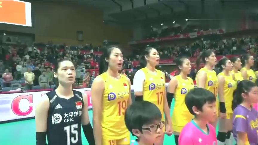 女排世界杯:自豪感油然而生!女排姑娘大战女排前手拉手高唱国歌