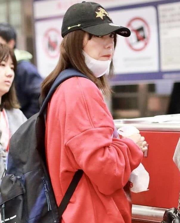 赵薇穿复古卫衣现身机场减龄又迷人,旅途奔波难掩眼角疲态