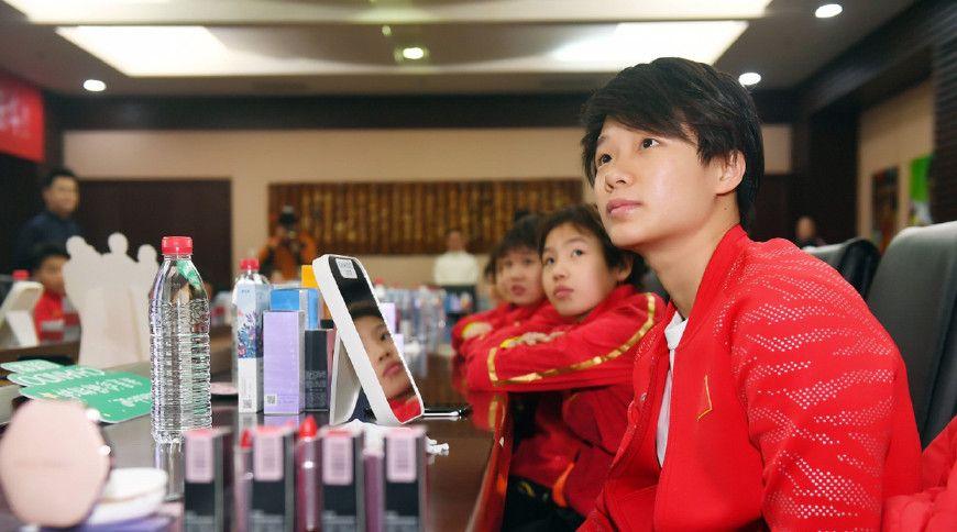 周末,中国跳水队上了一堂特殊课,体验护肤化妆,邱波最爱面膜