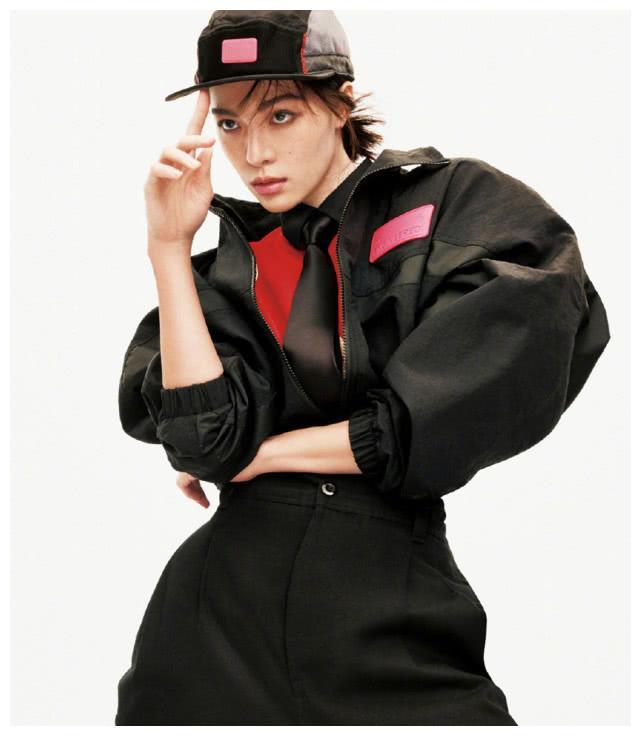 钟楚曦登特刊封面,穿着运动风超帅气,身材气质丝毫不输超模