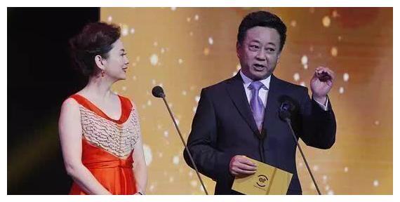 朱军与妻子谭梅罕见同台主持,画面甜蜜,48岁的谭梅气质非凡