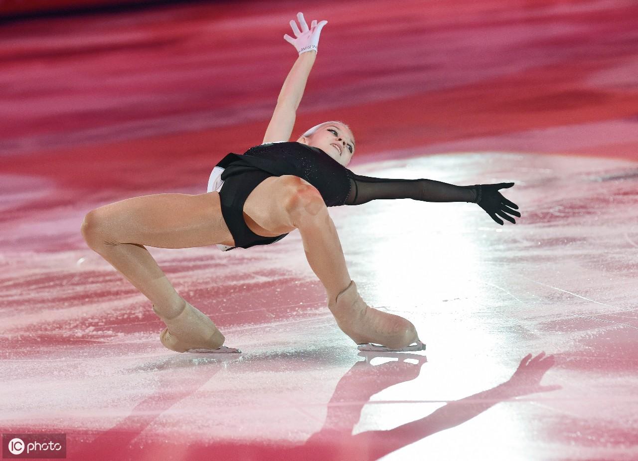 俄罗斯亚历山德拉·特鲁索娃在展览晚会上表演
