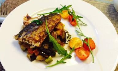自制鞑靼鲭鱼配开胃菜,口感清脆,好吃不油腻,是法国的经典菜肴