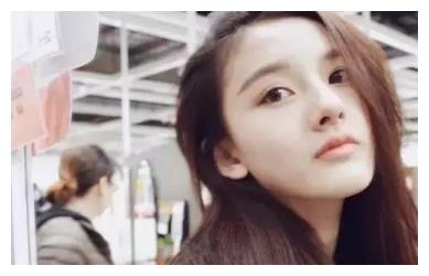 和刘诗诗、郭碧婷玩亲亲!童星出道的暗黑萝莉竟有这副面孔?