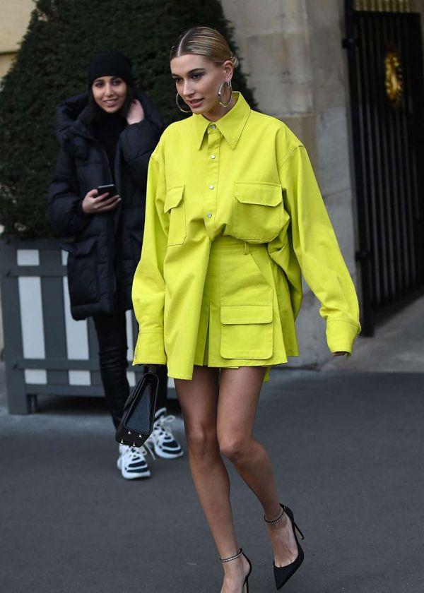 欧美明星街拍|艾丽·范宁开春淡紫色大衣抢眼,贝拉皮衣硬朗帅气