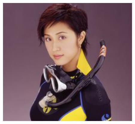 """香港第一个大学学历的港姐,被称""""最美短发女星"""",如今依旧貌美"""