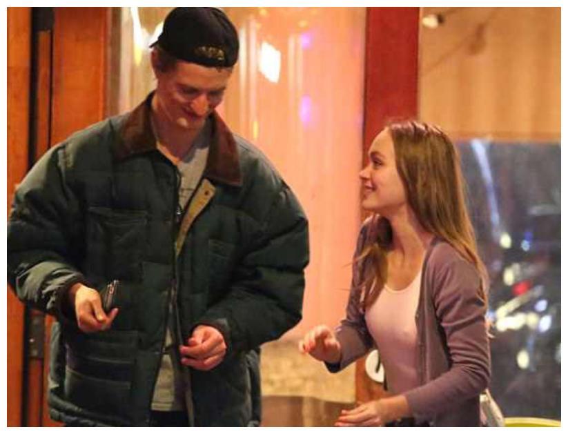 德普叔女儿刚刚分手新恋情就曝光了,莉莉被拍到跟摄影师甜蜜出街